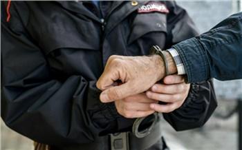 В Красноярске задержали мужчину, который раздавал детям конфеты у школы