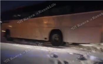 В Канске гаишники лопатами откопали застрявший в снегу автобус с пассажирами