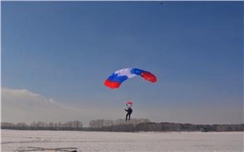 Лесной спецназ в Шушенском отрабатывает навыки прыжков с парашютом