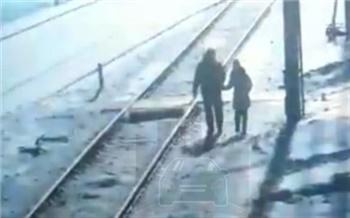 В Заозерном поезд сбил 9-летнюю девочку. Спасти ее не удалось