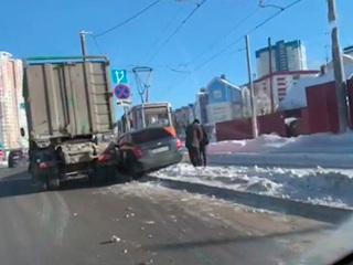 В Перми 'КамАЗ' вытолкнул автомобиль на трамвайные пути