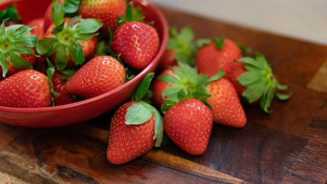 Sohu (Китай): покупая клубнику, обходите стороной эти три разновидности. Продавцы фруктов скорее выбросят, чем позволят своей семье съесть такую клубнику