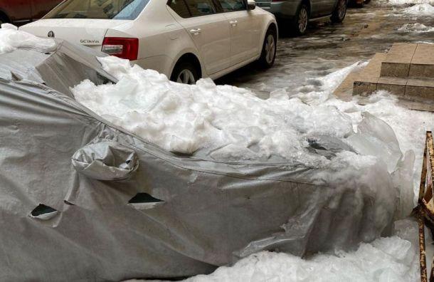 Ледяные глыбы обрушились на припаркованные машины на Невском проспекте