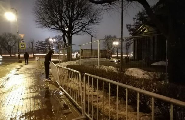 Троицкую площадь окружили забором перед акцией памяти Немцова