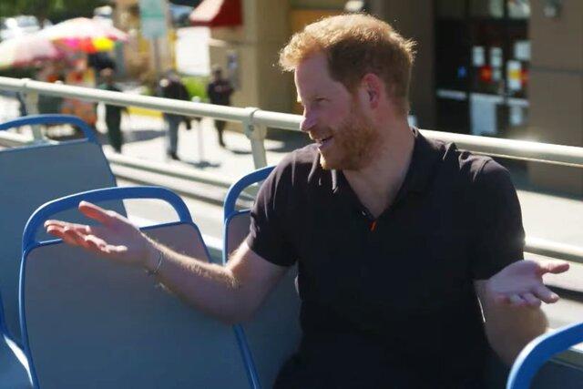 Принц Гарри пришел в гости к Джеймсу Кордену. Они покатались на автобусе, позвонили Меган, прошли полосу препятствий — и, конечно, поговорили. Угадайте, каким было первое слово сына принца?