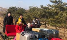 Российские дипломаты пешком покинули КНДР, вручную толкая тележку с вещами и детьми