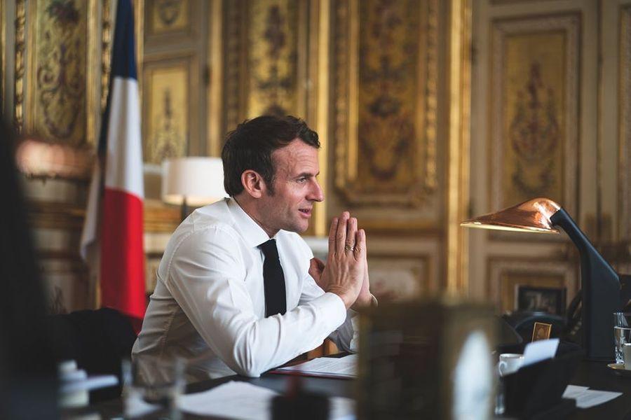Макрон призвал французов готовиться к введению электронных 'санитарных паспортов'